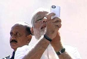Narendra Modi Ne Poling Booth Par Dikhaaya Kamal Ka Nishaan, Chunaav Aayog Ne Diya Kaarravaai Ka Aadesh