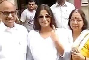 Rekha, Vidya Sabse Pehle Matadaan Karne Vaalon Mein Shaamil