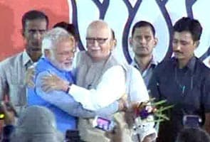 Advani Ne Gale Lagaakar Modi Ka Garmajoshi Se Kiya Svaagat