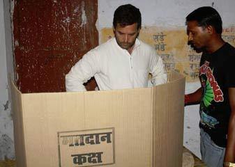 Vivaad  Rahul Gandhi Ke Voting Machine Ke Kareeb Khade Hone Ki Tasveer Aap Party Ne Tweet Kiya
