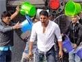 आइस बकेट चैलेंज : अक्षय कुमार ने डलवाया 11 बाल्टी पानी, अब सलमान खान की बारी
