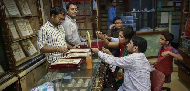 Gold Edges Towards 12-Week High on Safe-Haven Demand