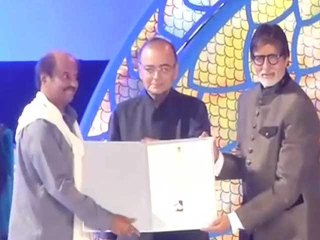 IFFI 2014: Amitabh Bachchan Presents Rajinikanth With Centenary Award