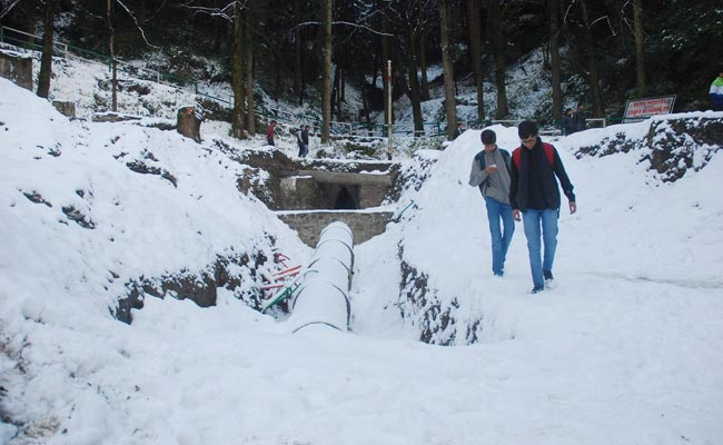 Snowfall Temporarily Shuts Manali-Leh Highway