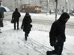 Snowstorm Cancels Flights, Strands Motorists in Eastern US