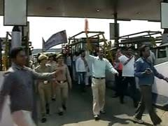 BJP Workers Block Delhi's DND Flyway, Demand Toll-Free Road
