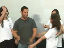 Aamir Khan <i>Machaos Dhoom</i> in Beijing, Dances With Fans