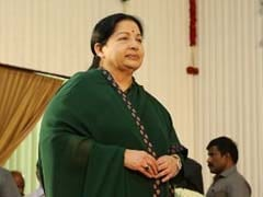 Jayalalitha Pays Floral Tribute to Freedom Fighter Pasumpon Muthuramalinga's Potrait