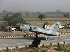 Mirage 2000 Fighter Jet Test-Lands on Yamuna Expressway Near Delhi as Part of Trials