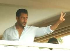 For Cheering Fans, Salman Khan Does the Three-Finger 'Jai Ho' Wave
