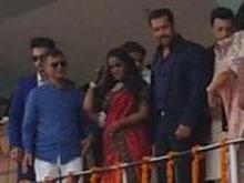 At Arpita's Reception, Salman Khan 'Hands Over Sister, His Heart' to Mandi