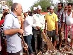 'आप' का दिल्ली में सफाई अभियान, सिसोदिया समेत कई नेताओं ने लगाई झाड़ू