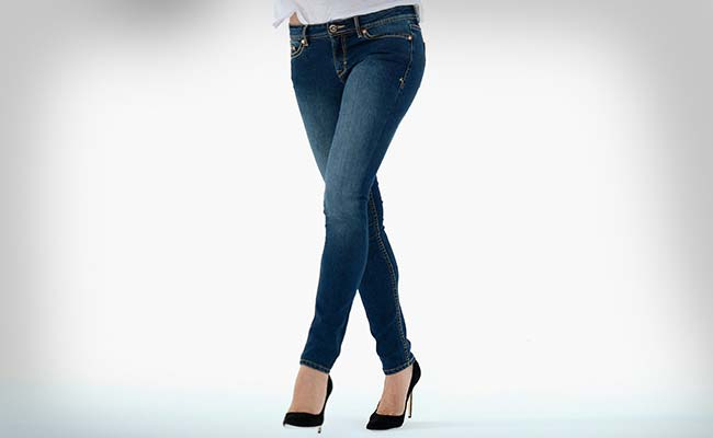 Woman Collapses Due to Her Skinny Jeans