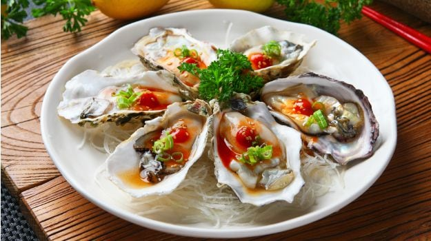 Home Food & Drinks The Dangers Of Eating Raw Oysters