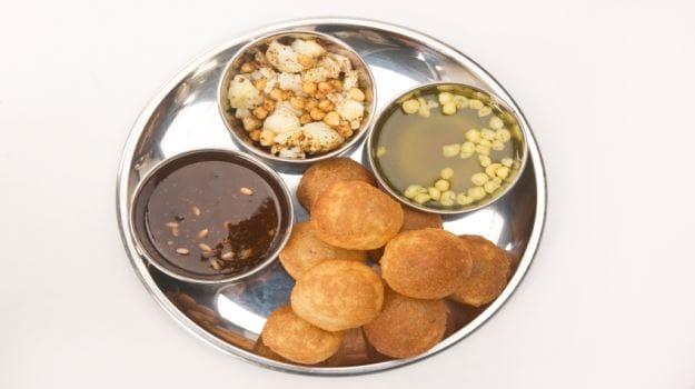 panipuri-golgappa-phuchka-the-popular-stalls-india-1