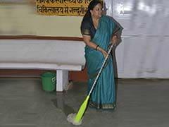 राजस्थान की मुख्यमंत्री वसुंधरा राजे ने सवाई माधोपुर के अस्पताल में लगाया पोंछा