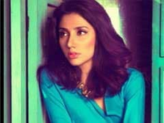 Pak Actor Mahira Khan Apologises for Halloween Photo With 'Shiv Sainik'