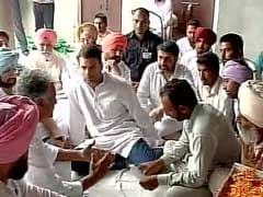 Rahul Gandhi Meets Farmer's Family in Punjab, Eats at Gurdwara 'Langar'