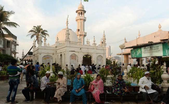 हाजी अली दरगाह में महिलाओं के प्रवेश पर पाबंदी असंवैधानिक : महाराष्ट्र सरकार