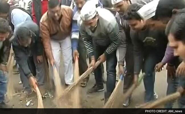 दिल्ली में सड़कों की सफाई के लिए मुख्यमंत्री केजरीवाल के मंत्रियों और विधायकों ने उठायी 'झाड़ू'
