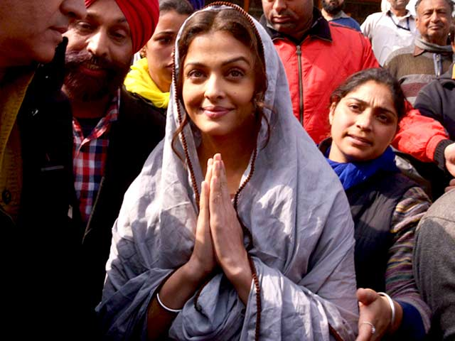 Aishwarya Rai Bachchan, Sarbjit's Dalbir Kaur,  Prays at The Golden Temple