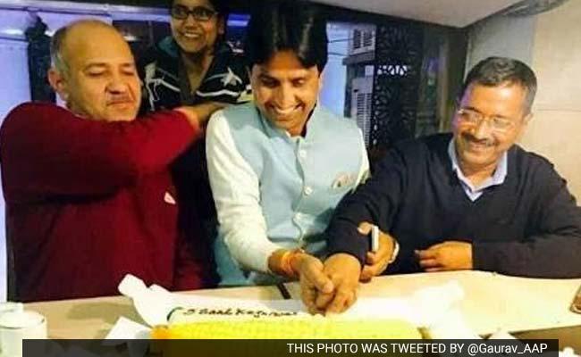 Top bjp ministers rss leaders attend kumar vishwas birthday bash