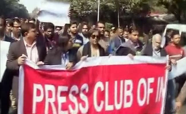 पटियाला हाउस कोर्ट में हुए हमले के खिलाफ पत्रकारों का प्रदर्शन, राजनाथ से भी मिलेंगे