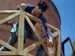 सूखे की चपेट से घिरे मराठवाड़ा के एक गांव में 'शोले' स्टाइल में हुआ प्रदर्शन