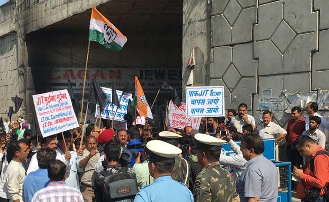 पाकिस्तानी जांच दल के पठानकोट पहुंचने को लेकर कांग्रेस और आम आदमी पार्टी का प्रदर्शन