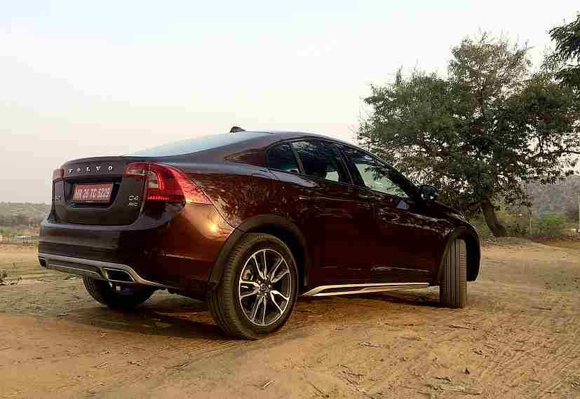 volvo s60 cross country launched in india priced at rs 38 9 lakh. Black Bedroom Furniture Sets. Home Design Ideas