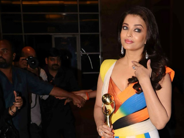 How Aishwarya Rai Bachchan Dodged the Press on Red Carpet at Award Show
