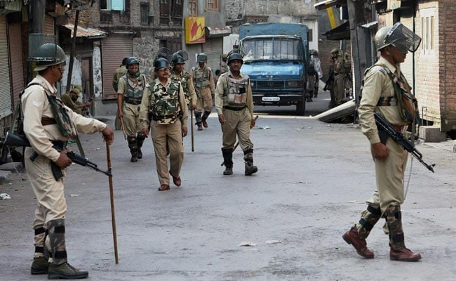 Govt seizes newpapers, mobile network suspended as Kashmir reels under curfew
