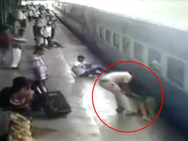 Akshay Tweets Video of Cop Saving Woman Who Fell Off Moving Train
