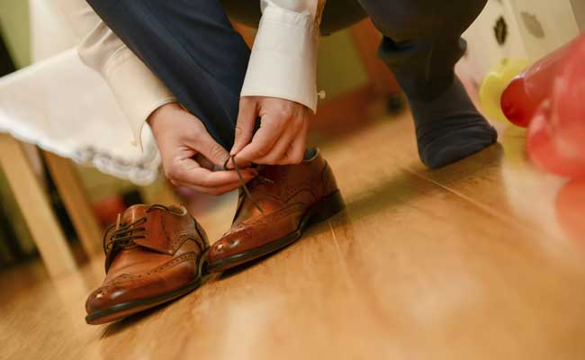 Some investment bank managers still judge candidates on whether they wear brown shoes, an expert said.