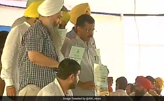 Kejriwal accuses Badals, Amarinder of 'looting' Punjab