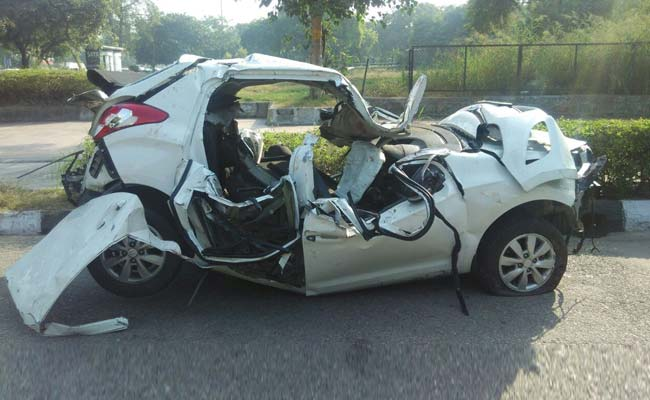 delhis early morning car crash leaves crumpled hyundai 2 dead
