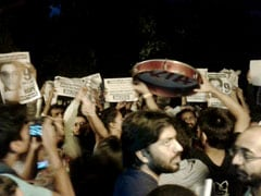 JNU Students Form Human Chain Near Vice-Chancellor's Residence