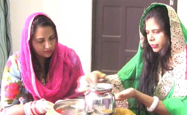 चूरू : मुस्लिम महिलाओं ने अपने शौहर की लंबी उम्र के लिए पूरे रीतिरिवाज से रखा करवाचौथ का व्रत
