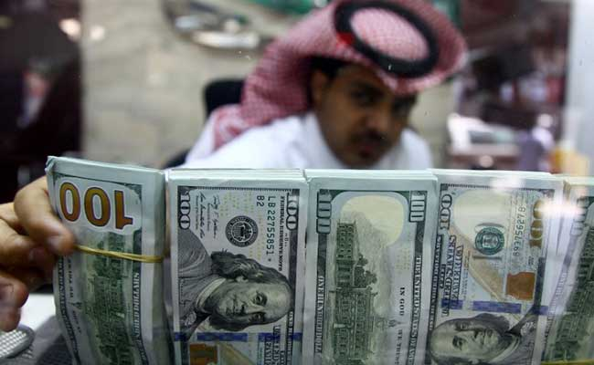 A money changer arranges banknotes at a currency exchange shop in Riyadh (Photo: Reuters)