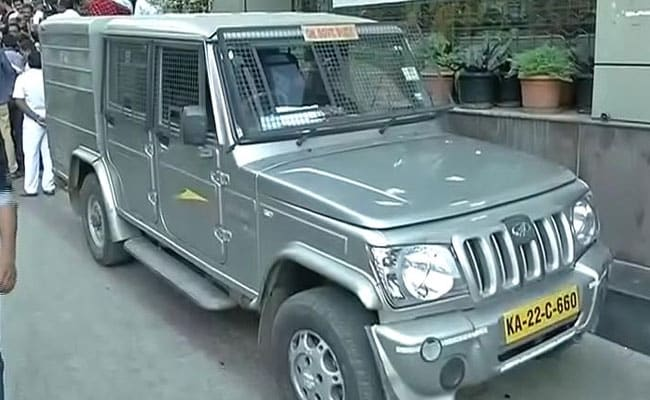 Driver Runs Away with Vehicle Carrying 1.3 Crore of New Currency