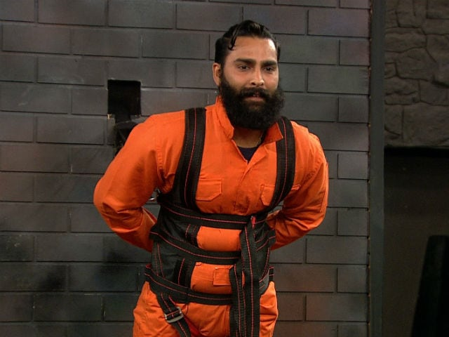 Bigg Boss 10: Bani Paints Hoodie, Manveer Shaves Beard to Save Friends