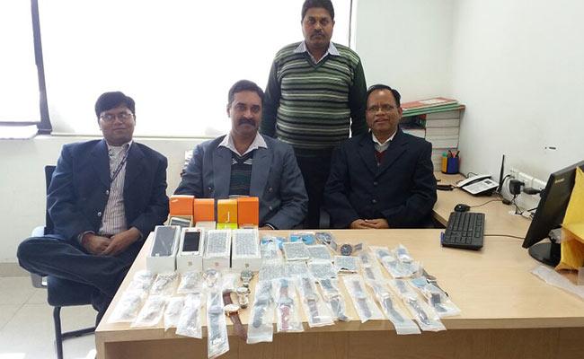 झुग्गी वासी के नाम पर हांगकांग से आए बीस करोड़ के आईफोन और रोलेक्स घड़ियां..!