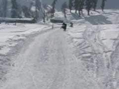 Covered In Thick Snow, Kashmir's Winter Wonderland Gulmarg Attracting Tourists