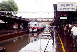 Heavy rains in Mumbai, local trains a little late