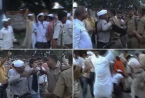 Cops beat up Anna Hazare's supporters in Uttar Pradesh