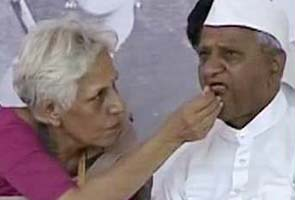 Hazare refuses Team Anna's appeal to end fast