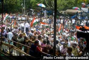 On overcast day, Anna draws large crowds, aides deny Narendra Modi controversy