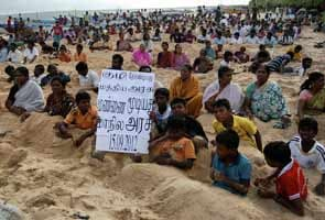 Kudankulam protest: 1500 villagers bury themselves in neck-deep sand