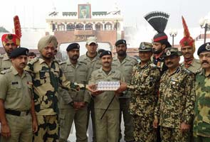 Indian, Pakistani guards exchange Diwali sweets