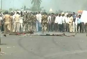 Sugarcane farmers' agitation turns violent in Maharashtra again; police jeep torched, buses damaged